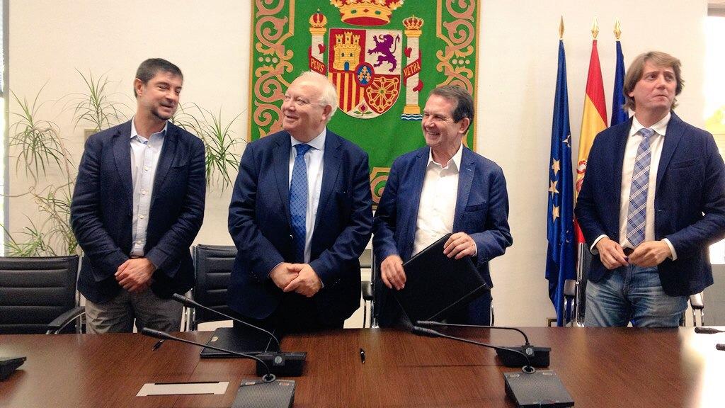 Miguel Ángel Moratinos, presidente de REDS, y Abel Caballero, presidente de FEMP, durante la firma del acuerdo.